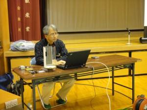 オスプレイの低周波音と健康被害について講演する琉球大学の渡嘉敷健准教授