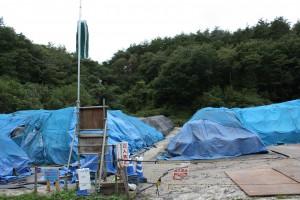 環境省の「立入禁止」の看板の向こうに汚染土などが野積みにされている(須萱地区)