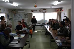 松川第1仮設住宅の集会所で懇談する留学生たちと飯舘村の人々