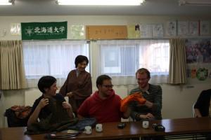 リメーク品を手にとって見る留学生たち。後ろは佐野ハツノさん