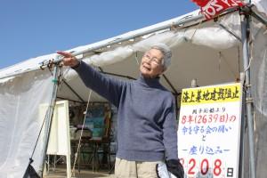 ヤグラがあった沖合いを指さす平良悦美さん(1月29日撮影)