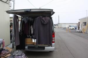 仮設住宅に洋服などの移動販売車がやってくる