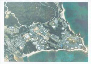 埋め立て工事前の辺野古・大浦湾。貴重なサンゴ礁、絶滅危惧種のジュゴンやウミガメが生息する。左下の辺野古集落を除くほとんどが米軍のキャンプ・シュワブ