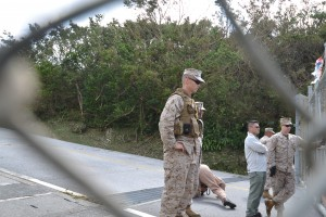 基地内で抗議活動を監視する米兵ら