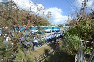 抗議する人々や車両を排除し、バリケードとなって米軍基地を守る沖縄県警の警察官たち(以上、大山ゲート前)