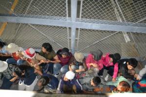 野嵩ゲートを封鎖する人々