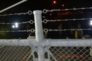 鉄条網の内側で警戒する米兵ら。