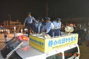 抗議行動の車を占拠した沖縄県警