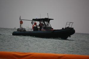 住民の抗議行動を監視する防衛省の雇われボート