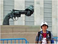 国連本部の前で