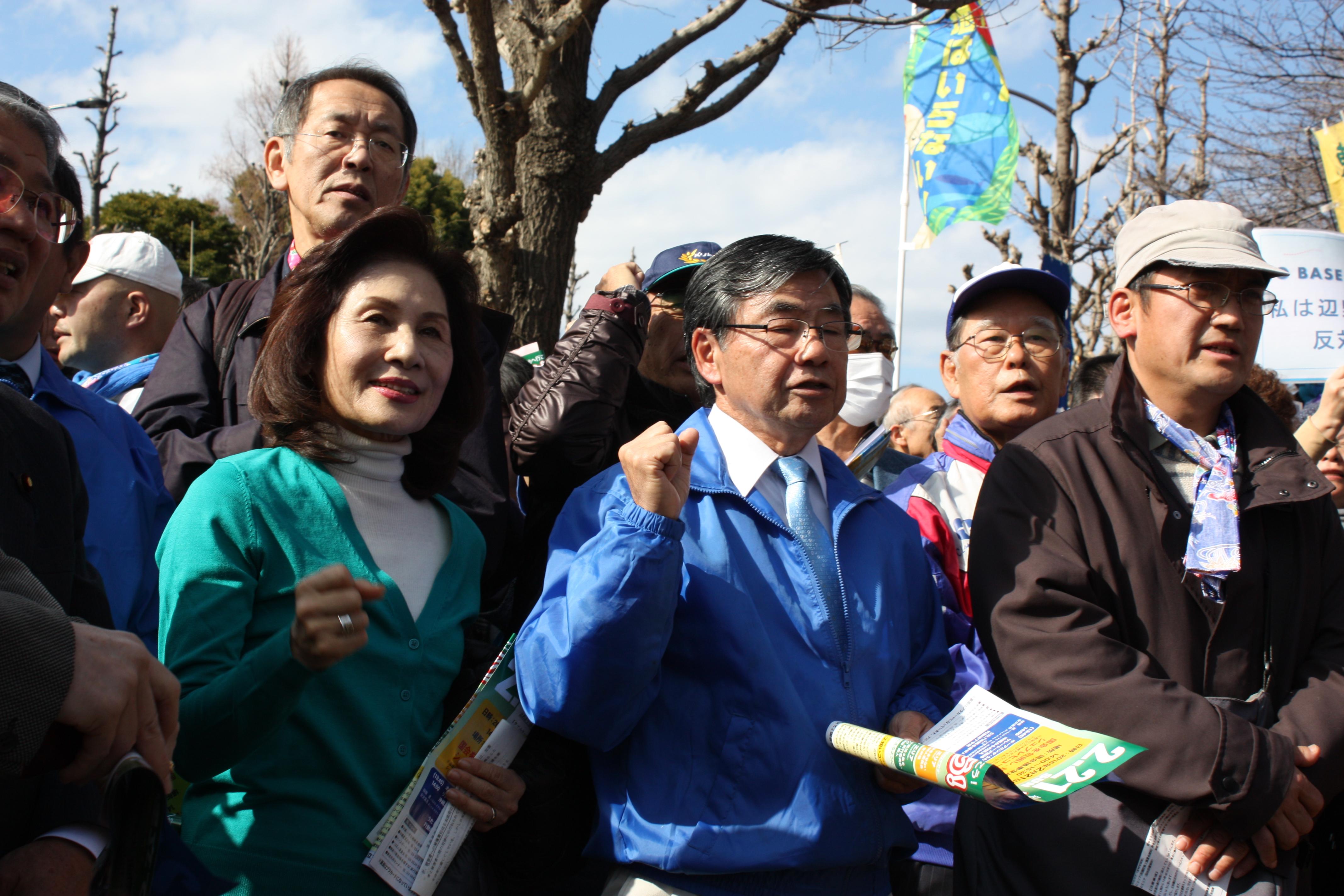 稲嶺進・名護市長と沖縄選出国会議員たち(2・21辺野古新基地建設に反対する国会大包囲行動で)