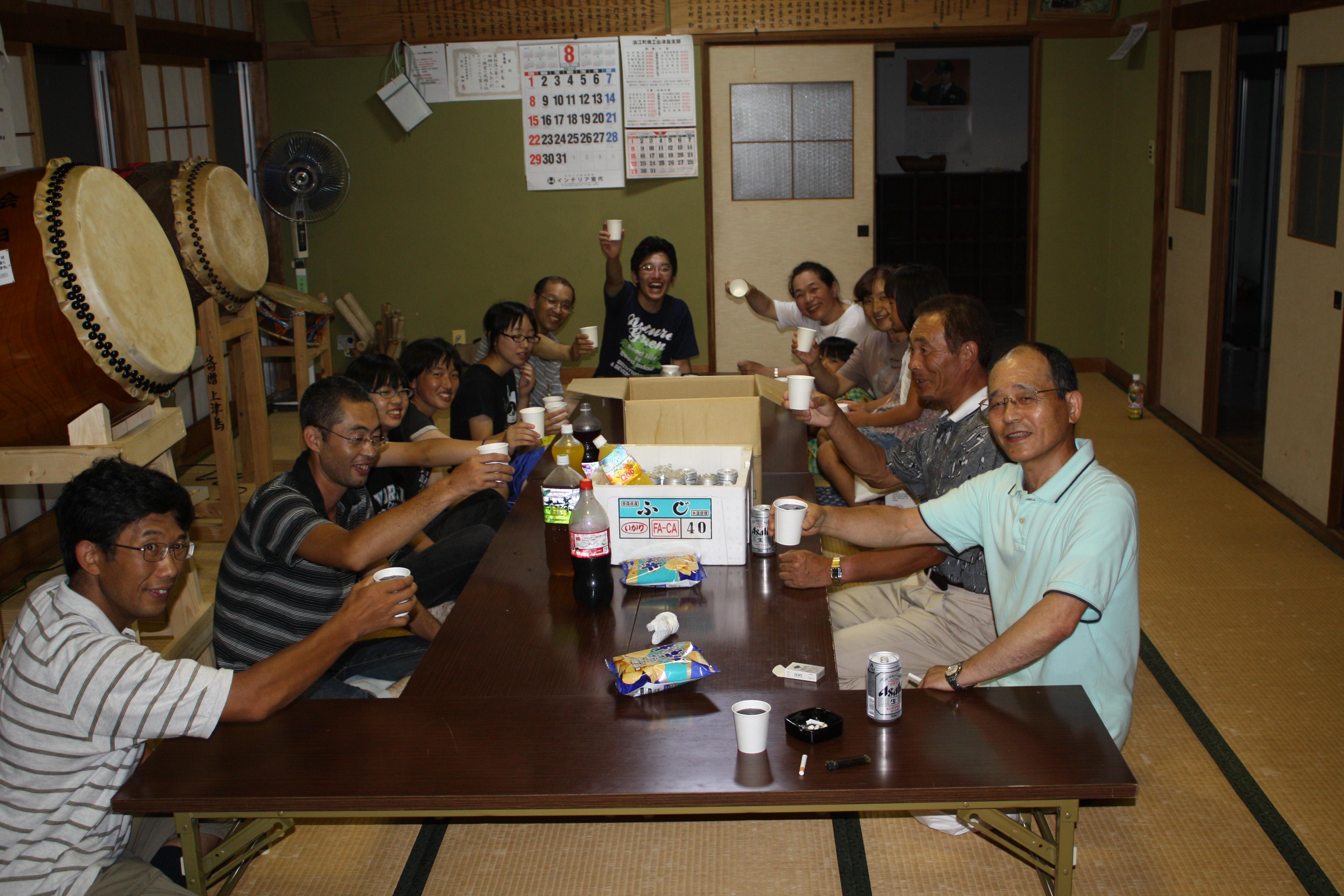 原発事故前の2010年8月10日、下津島地区集会場で若者と歓談する今野さん(右端)