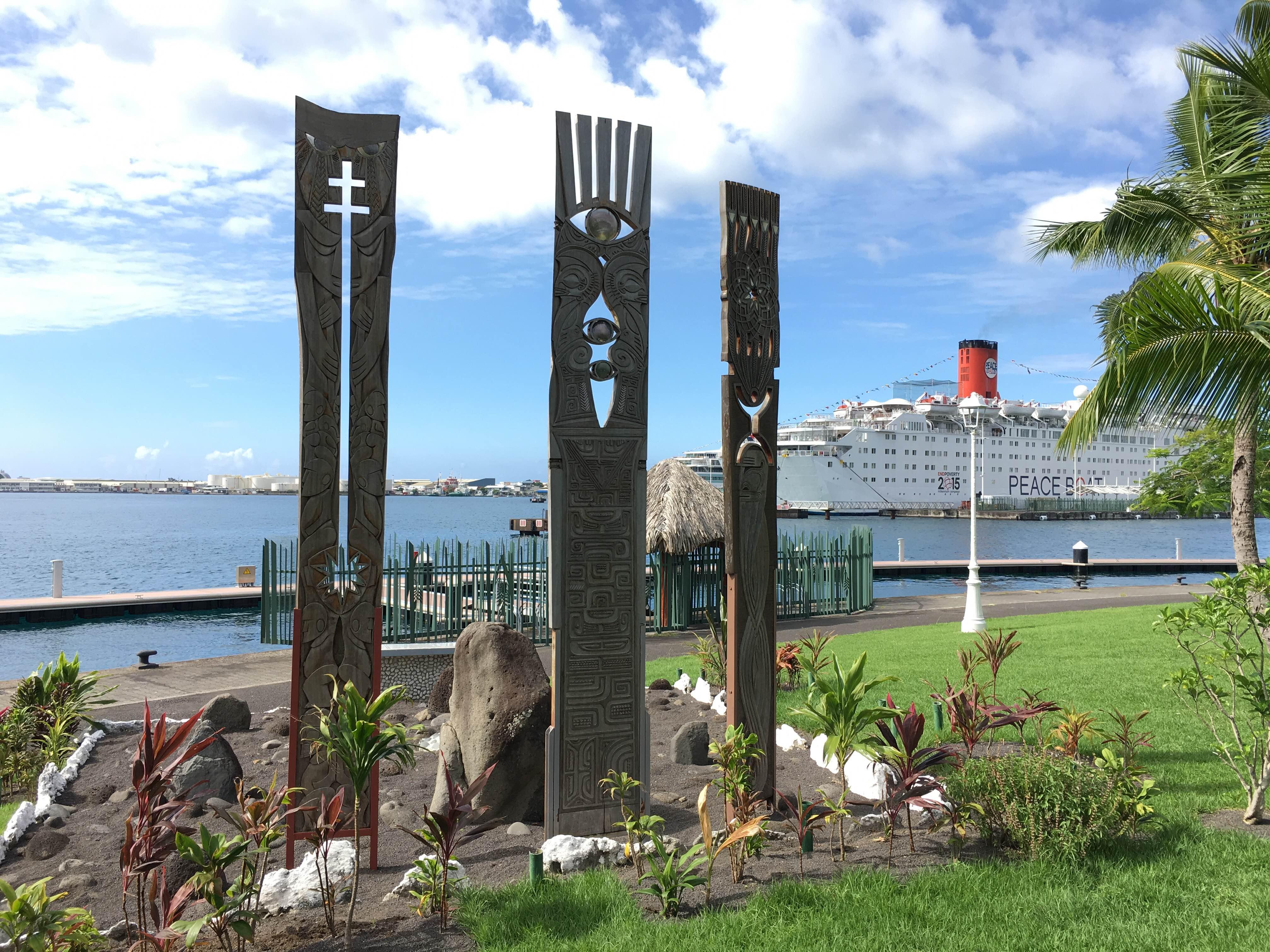 タヒチ・パペーテの港の近くにある核被害を受けた島々を表現するモニュメント