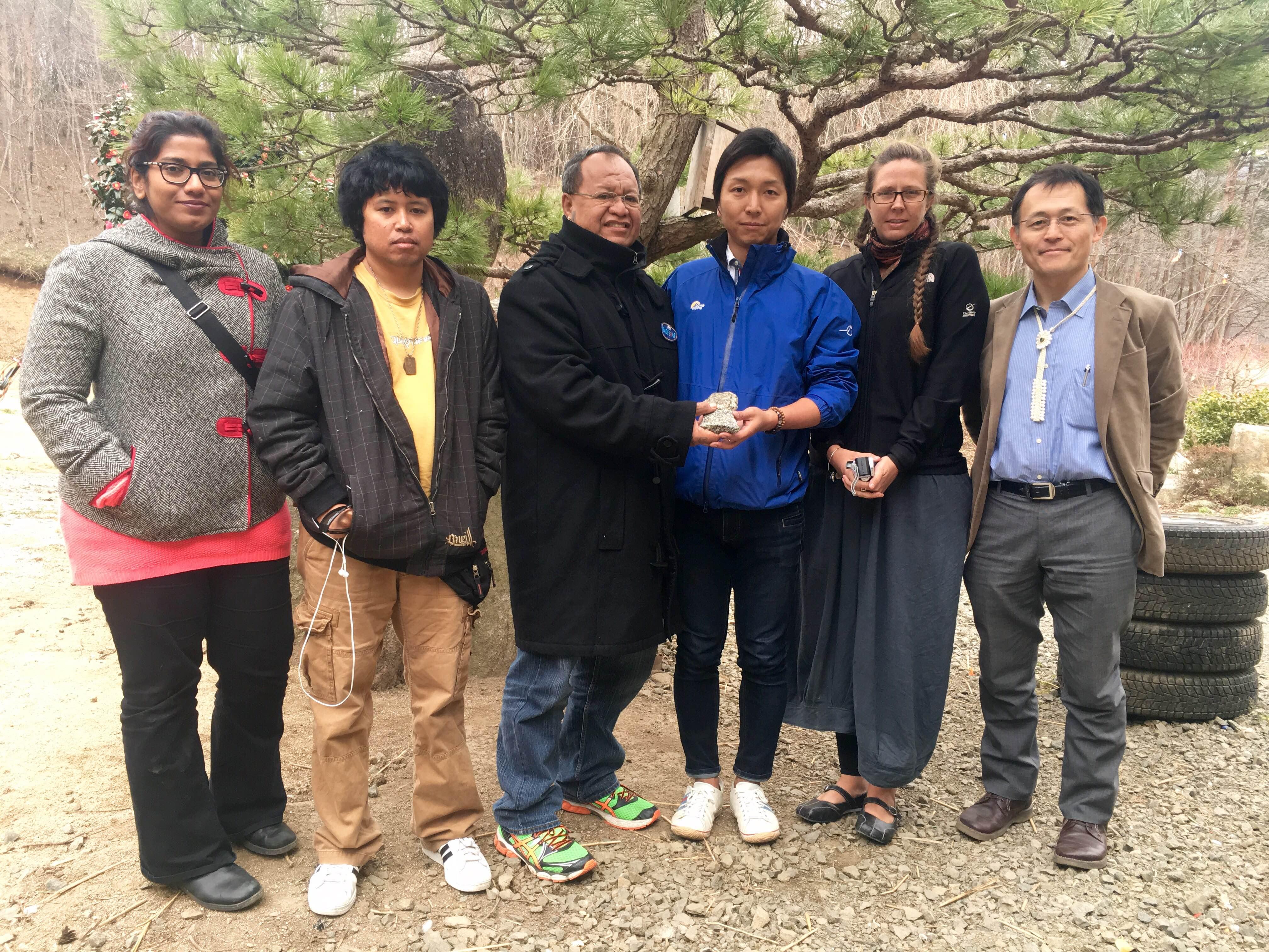 佐藤健太さん(右から3人目)とタヒチ、マーシャル諸島の人々、ピースボート・スタッフ=飯舘村で