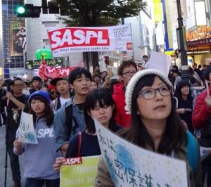 2014年10月、秘密保護法反対のデモをする水野さん(最前列=写真提供:水野さん)〉