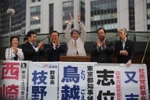 左から東京・生活者ネットワークの西崎共同代表、民進党の枝野幹事長、生活の党の小沢共同代表、鳥越俊太郎都知事候補、共産党の志位委員長、社民党の又市幹事長