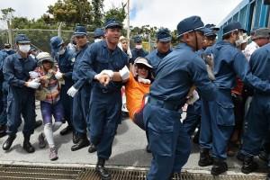 ヘリパッド建設に反対する人たちをゴボウ抜きする機動隊