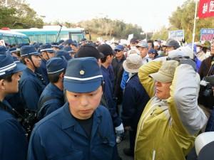ヘリパッド建設に反対し、機動隊に非暴力で抵抗する市民たち