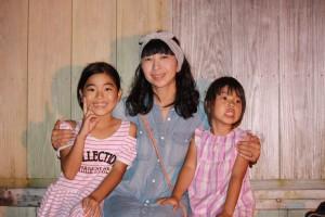 城間真弓さんと2人の娘さん