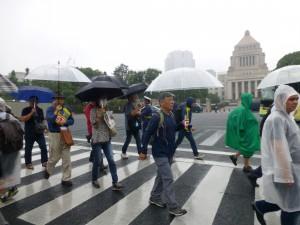 〈雨の中、続々と市民が=撮影・藤田観龍〉