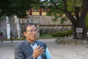 東学思想を説明し、史跡を案内してくれた朴教授。
