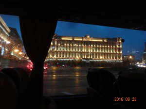 煌々と電気がついている旧KGBビル