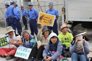 高江N1ゲート前の抗議行動に参加の人々=12日