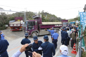 抗議の座り込みの人々を機動隊が排除して、ダンプカーで砂利を運び込むゲート前