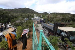 ゲートから10㌧積みダンプカー55台で砂利石を運び込む。バツクのやんばるの山並みは自然の宝庫で貴重な沖縄県民の水源地