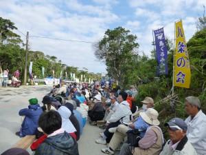 N1ゲート前で地元住民や平和民主団体などの300人が工事強行に抗議=11月12日午前9時