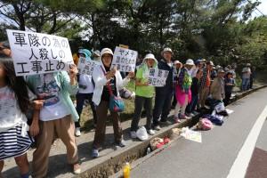 〈藤田観龍11月12日撮影=高江N1ゲート前でのへリパッド建設の強行工事に抗議の人々〉