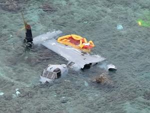 〈安部の海岸に墜落したオスプレイ=沖縄タイムスから〉