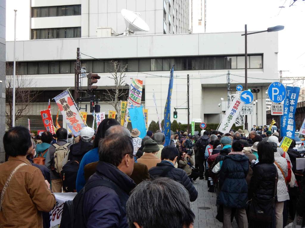 〈東京電力本社前の抗議行動=撮影・岡本敏則〉