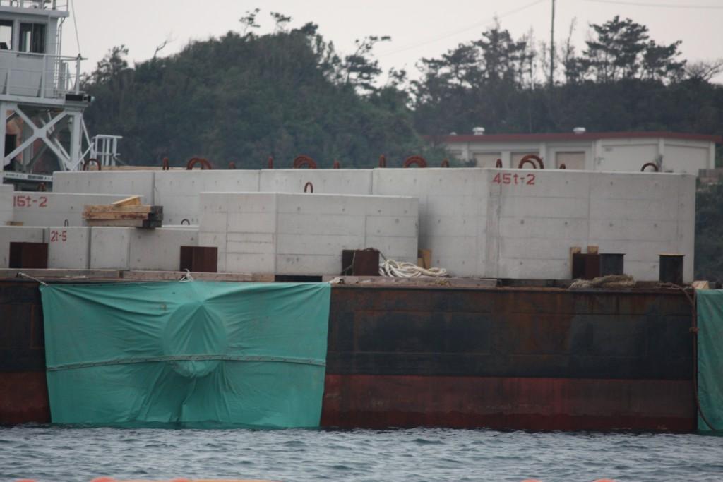 〈海中にはすでに45トンもの巨大なコンクリートブロックが多数投下されている=2015年1月31日撮影〉